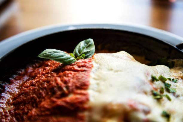 lasagne - traditionelle italienische pasta essen. clos eup mit basilikum - low carb pizzateig stock-fotos und bilder