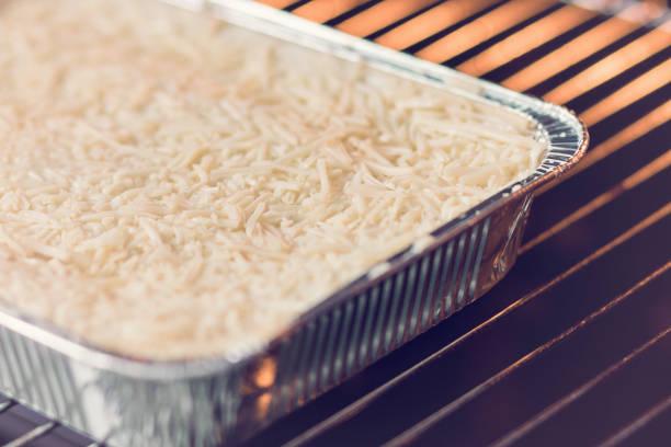 lasagne bolognese in einweg-folie schale - alufolie backofen stock-fotos und bilder