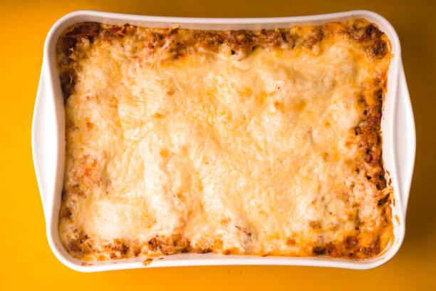 Lasagne in großer Form zum Backen zu Hause gekocht – Foto