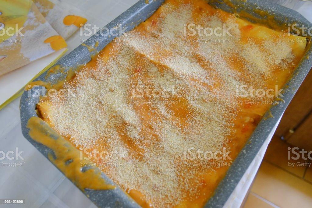 Lasagne type italian pasta with tomato and cream inside - Zbiór zdjęć royalty-free (Chrupkie ciasto)