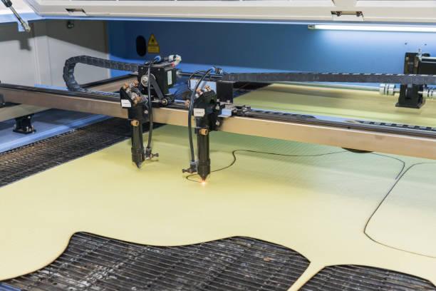 Laser-Ausschnitt-Maschine ist eine Substanz, Vorbereitung der Teile nähen Kleidung – Foto