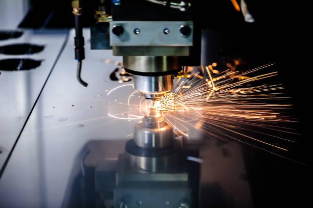 cnc de laser coupe technologie moderne en métal industriel. - objet gravé photos et images de collection