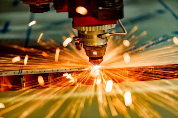 cnc de laser coupe technologie moderne en métal industriel. - gravure à photos et images de collection