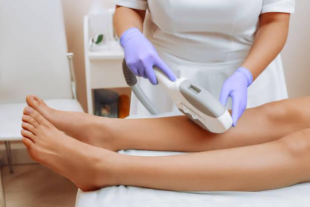 laserepilation und kosmetologie. - bein make up stock-fotos und bilder
