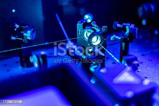laser reflect on optic table un quantum laboratory