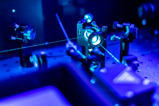 laser optik tisch un-quanten labor b reflektieren - physik stock-fotos und bilder