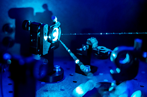 Láser Reflexionar Sobre Tabla Óptica Un Quantum Laboratorio B Foto de stock y más banco de imágenes de Aplicar