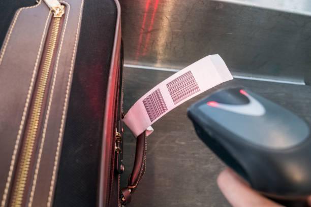 laser scanner barcode-lesegerät laden gepäcktasche gesucht - gepäck verpackung stock-fotos und bilder