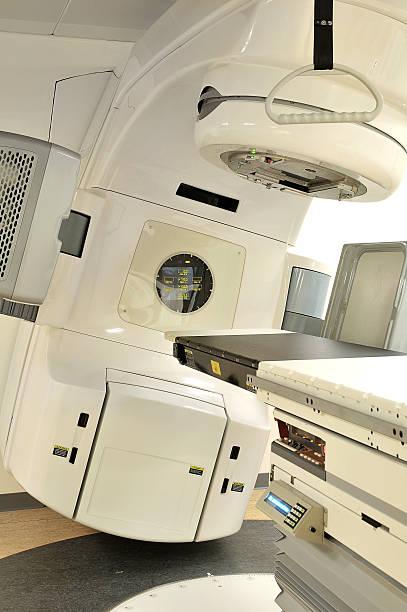 lasercanon für die behandlung von krebs - strahlung stock-fotos und bilder