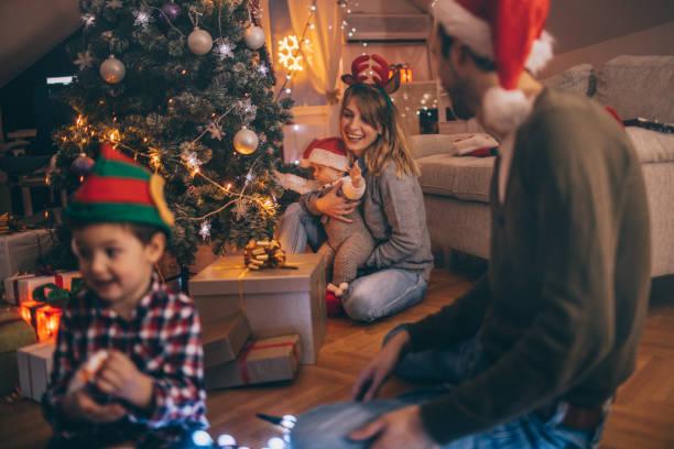 letzten weihnachtsvorbereitungen - geschenke eltern weihnachten stock-fotos und bilder