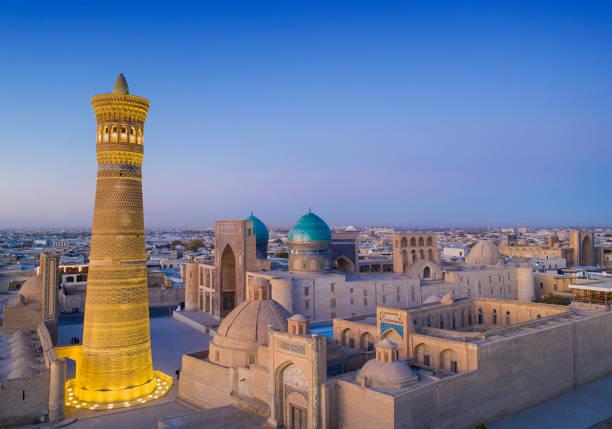 laatste daglicht in de stad bukhara, historische zijderoute, oezbekistan - karavanserai stockfoto's en -beelden