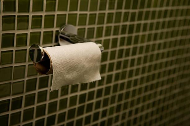 letzte seite des toilettenpapier - fliesen verlegen stock-fotos und bilder