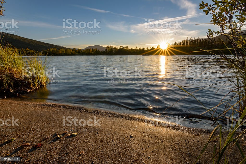 Last sunbeams during tranquil sunset over calm lake, Sweden foto