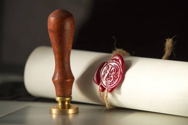 laatste wil en testament met houten rechter hamer document is - notaris stockfoto's en -beelden
