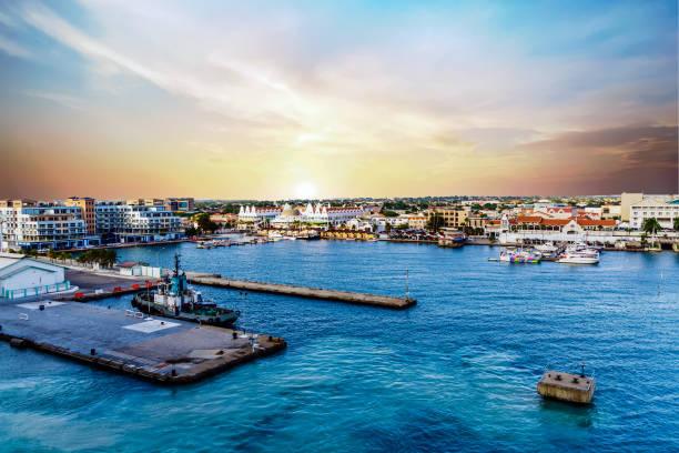 late namiddag in aruba haven - aruba stockfoto's en -beelden