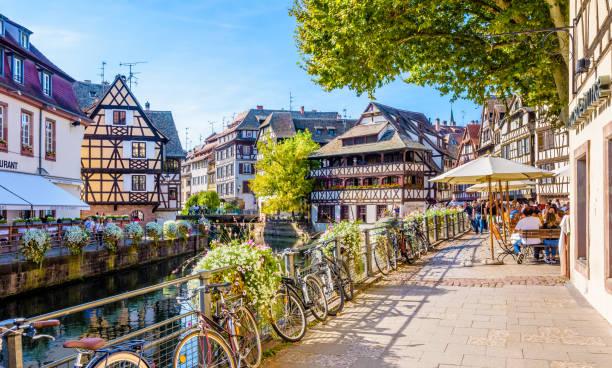 Soleil de fin d'après-midi sur le quartier historique de la Petite France à Strasbourg, France. - Photo