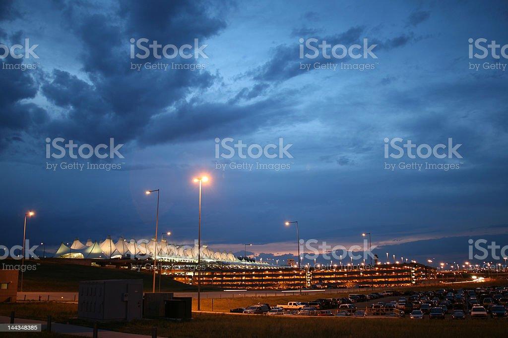 Aeroporto de tarde da noite - foto de acervo