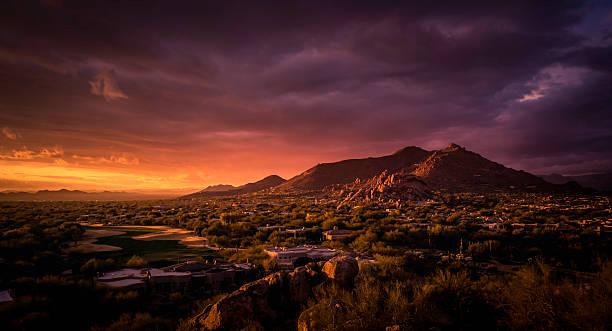 am späten abend strahlende sonnenuntergang über arizona desert-landschaft - canyon stock-fotos und bilder