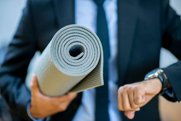 spät für yoga-kurs - yoga fürs büro stock-fotos und bilder