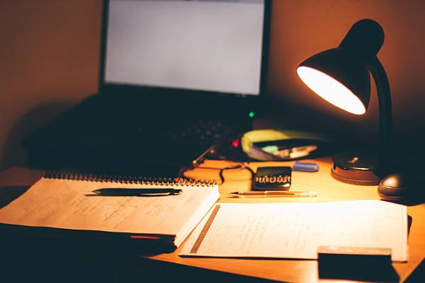 late night arbeitszimmer - bürolampe stock-fotos und bilder