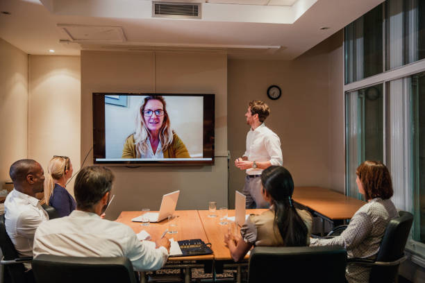 늦은 밤 화상 회의 회의 - virtual meeting 뉴스 사진 이미지