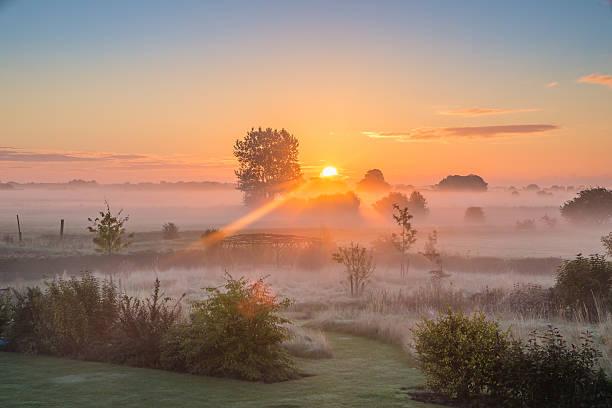 late summer sunrise - 林肯郡 個照片及圖片檔