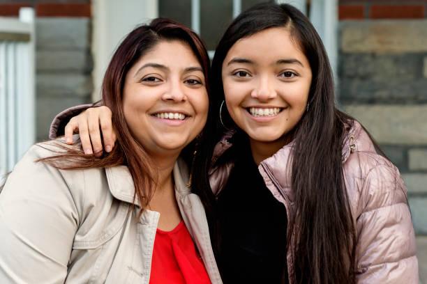 Latein-amerikanischen Mutter und Tochter im Teenageralter Porträt im Freien. – Foto