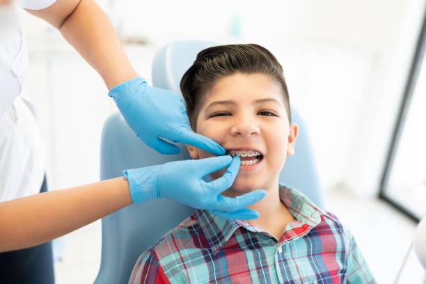 latin boy in der zahnklinik - kieferorthopäde stock-fotos und bilder