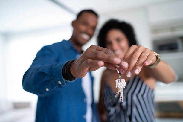 그들의 새로운 집의 열쇠를 들고 라틴어 커플 - home 뉴스 사진 이미지