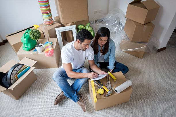 latin couple moving house - umzug checkliste stock-fotos und bilder