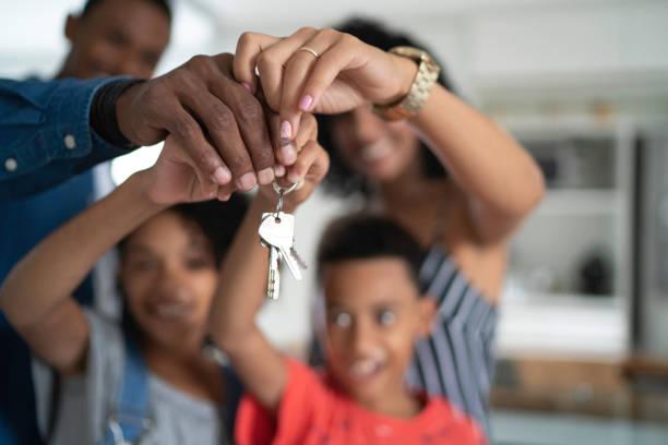 새 집의 열쇠를 들고 있는 라틴어 가족 - home 뉴스 사진 이미지