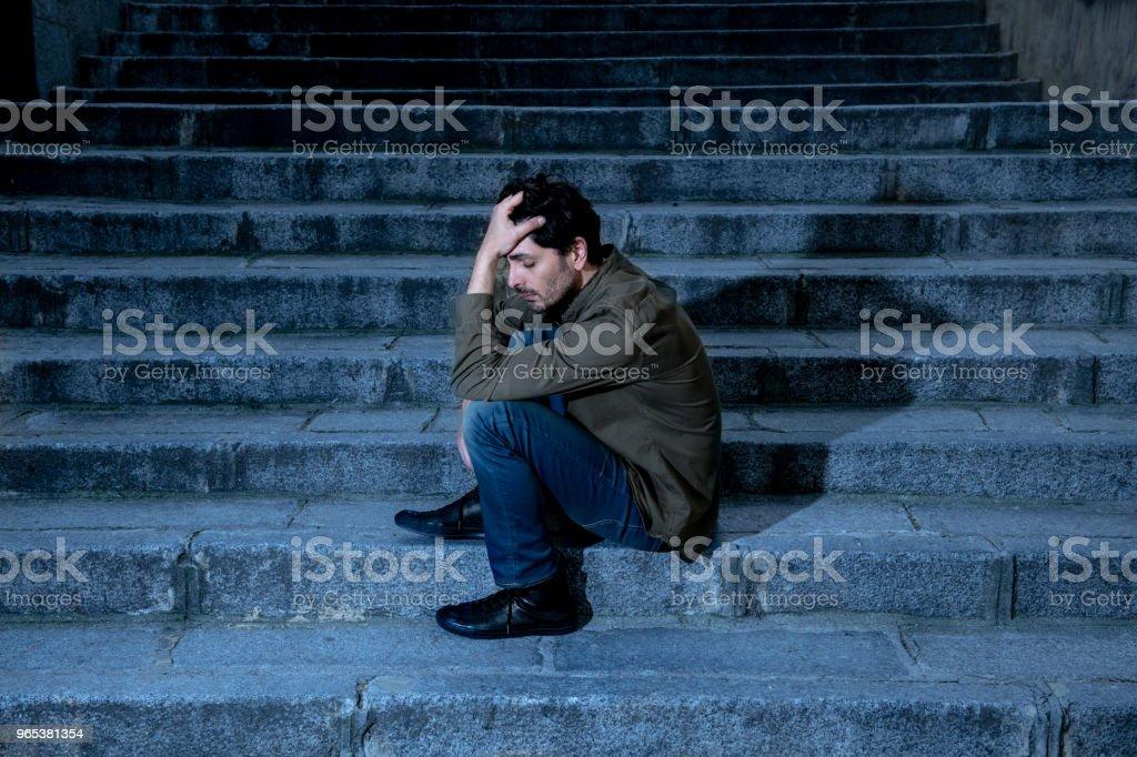 라틴 남자 느낌 불안 우울증의 성인 원인에와 당신이 생활에 있는 문제 단계에 직장에서 스트레스를 느낄 외로운, 슬 프 고 정신 건강 개념에 걱정 - 로열티 프리 개념 스톡 사진