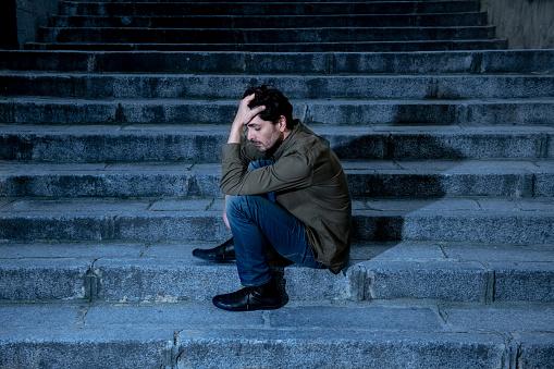 라틴 남자 느낌 불안 우울증의 성인 원인에와 당신이 생활에 있는 문제 단계에 직장에서 스트레스를 느낄 외로운 슬 프 고 정신 건강 개념에 걱정 개념에 대한 스톡 사진 및 기타 이미지