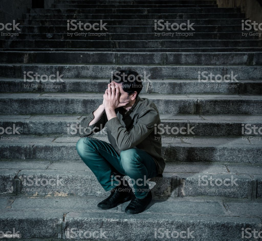 Latin Mann gestresst von der Arbeit sitzen auf Stufen außerhalb Gefühl Angst bei Erwachsenen Ursache von Depressionen und Problem im Leben, das macht Sie fühlen sich einsam, traurig und besorgt in mental Health-Konzept - Lizenzfrei Anzug Stock-Foto