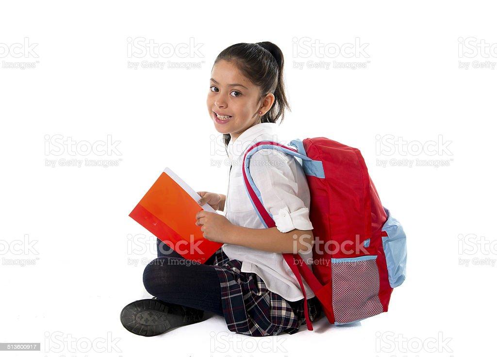 Aluna Latina sentada no chão lendo livro studyng - foto de acervo
