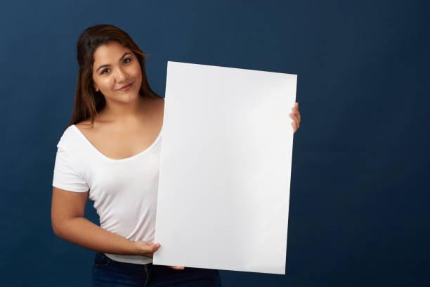 Latinin hält weiß leere Fahne – Foto