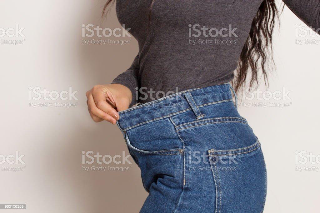 Mujer latina en pantalones holgados, en el interior. foto de stock libre de derechos