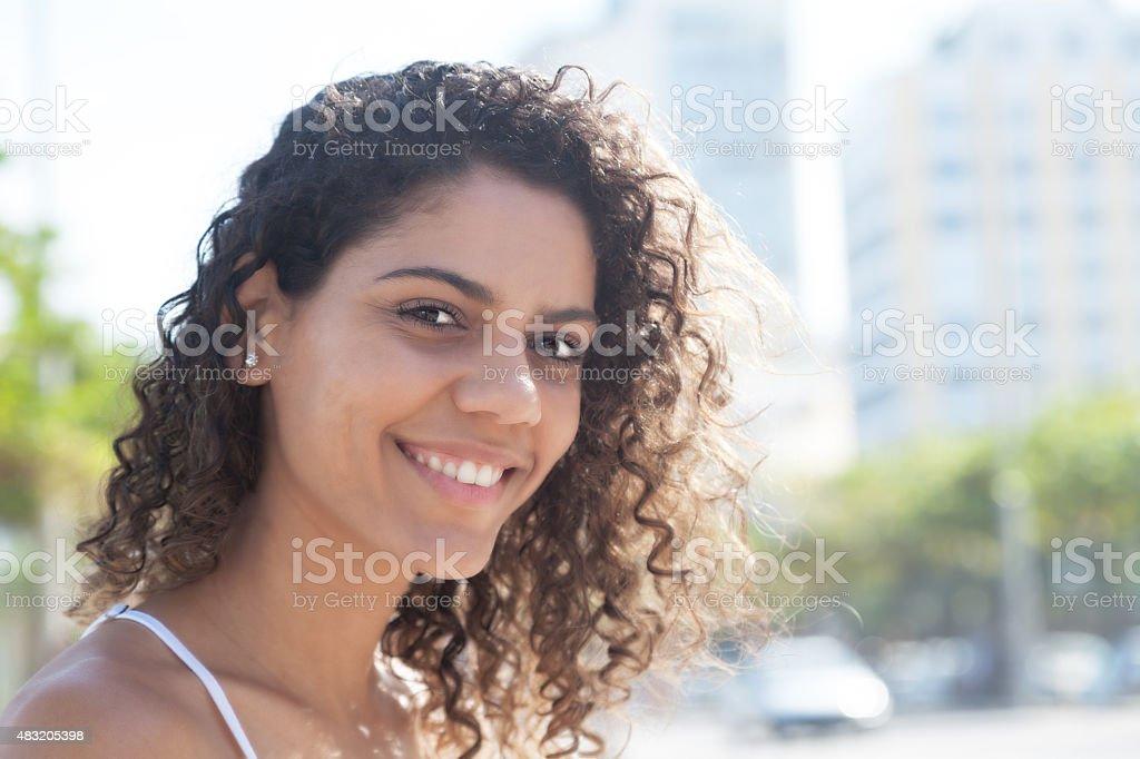 A mulher do lado de fora da cidade, olhando para a câmera - foto de acervo