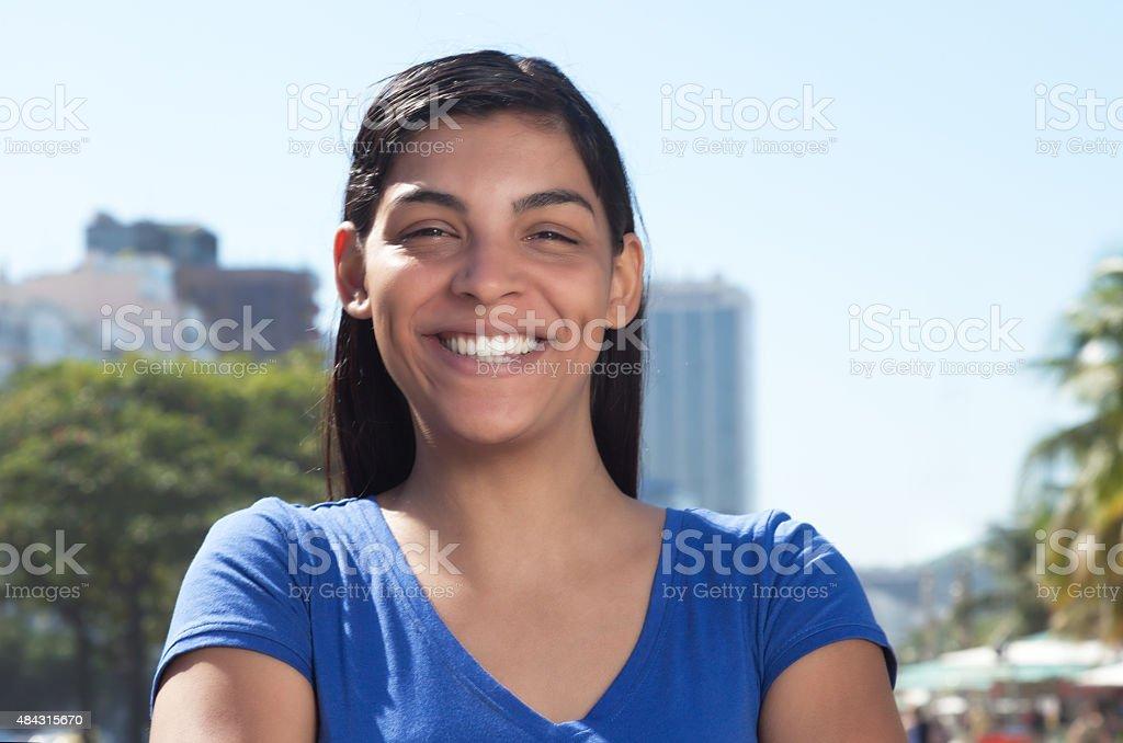 Latin woman with long hair in city mirando a la cámara - foto de stock