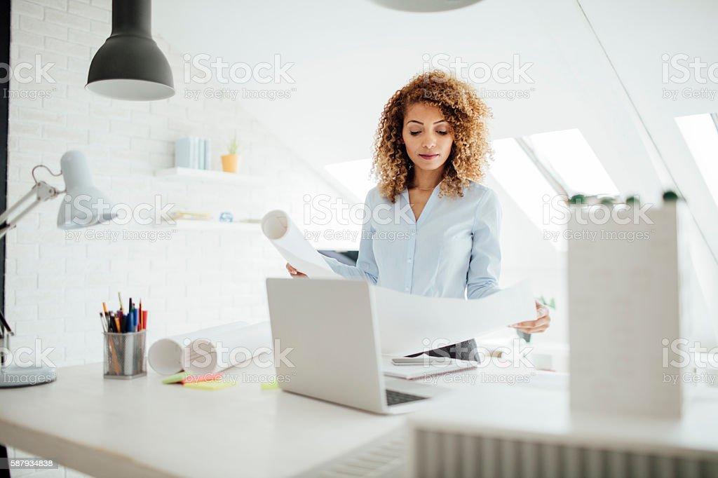Latina Architekten Arbeiten In Ihrem Büro. – Foto