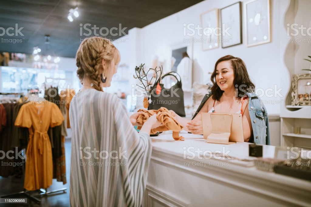 Latina Boutique Store eigenaar bij checkout counter royalty free Stockfoto
