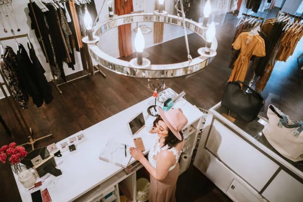 Latina Boutique Store Inhaber schwer bei der Arbeit – Foto