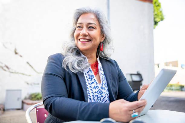 Latina Geschäftsfrau mit Tablet im Cafe – Foto