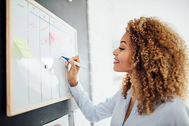 Latina Empresária escrevendo programação. - foto de acervo