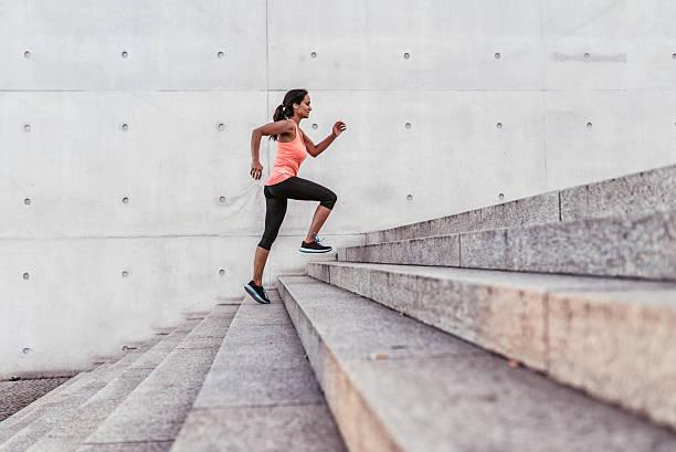 latina sport-frau läuft im freien in berlin mit treppe - joggerin stock-fotos und bilder