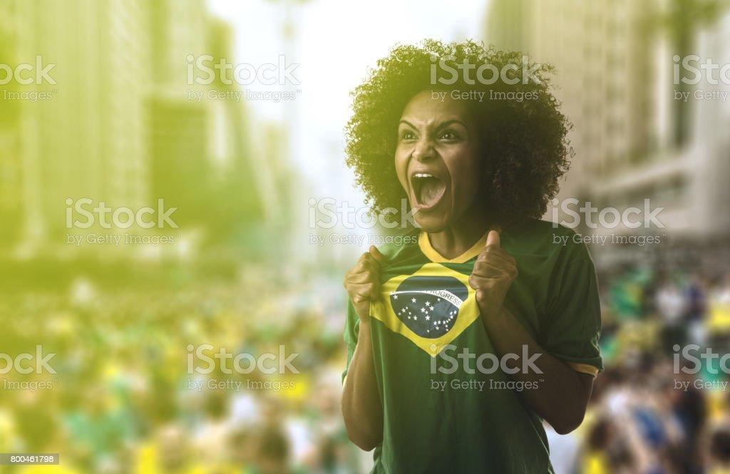 Mulher Latina segurando a bandeira do Brasil em São Paulo - foto de acervo