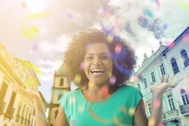 バイーア州、ブラジルに笑みを浮かべて、ラティーナの女性 - 謝肉祭 ストックフォトと画像