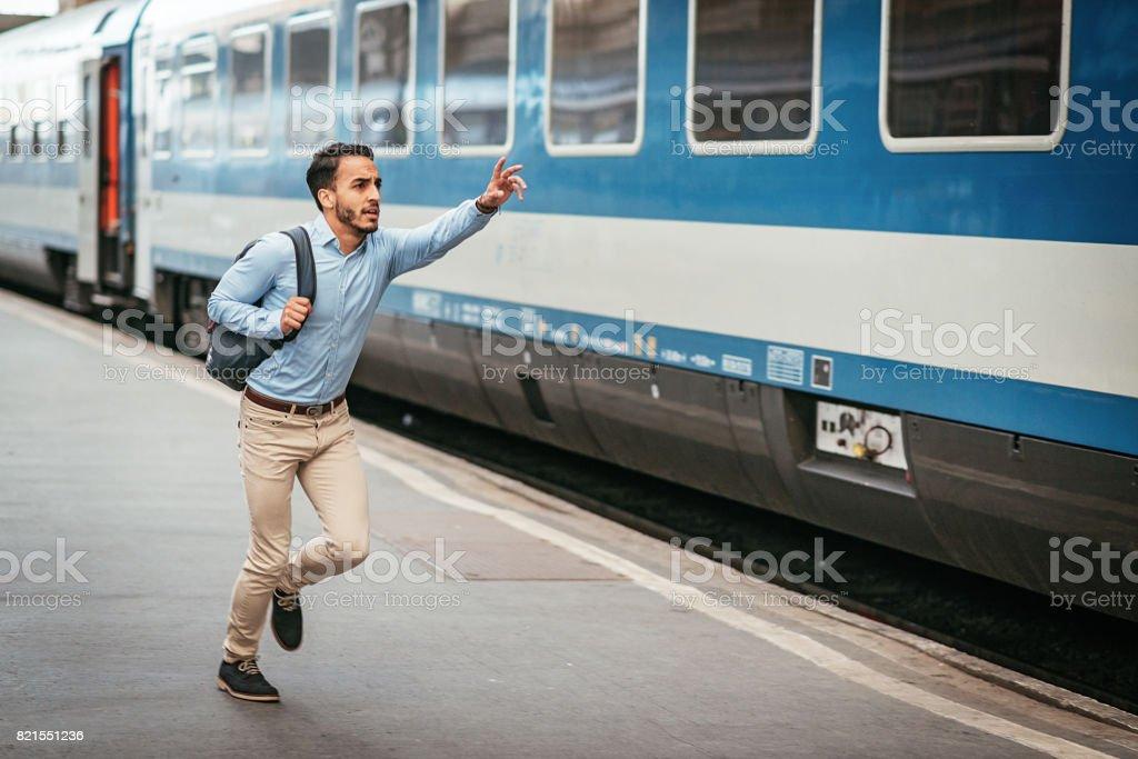 Latino Unternehmer ist zu spät für den Zug – Foto