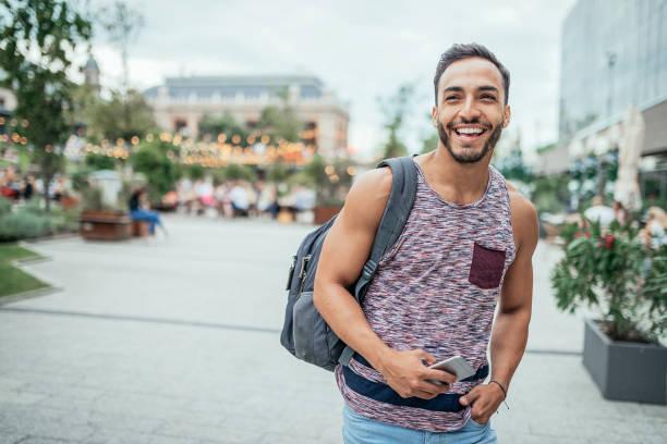 Latino-Reisenden mit Rucksack entdecken Europa – Foto