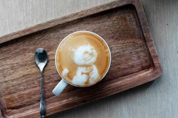 latte kaffee kunst: süße kätzchen - katze zeichnen stock-fotos und bilder
